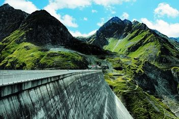 Entdecken Sie eine echte Naturgewalt in Form einer Staumauer die ihres Gleichen sucht. Mit ihren 285 Metern ist sie die höchste Staumauer der Welt.