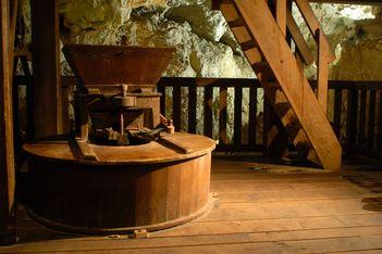 Tauchen Sie 23 Meter unter die Erde und entdecken Sie die unterirdischen Mühlen der Col-des-Roches, ein einzigartiges Erbe des Industriezeitalters!
