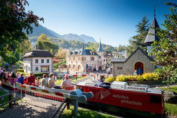 Steigen Sie an Bord der Mini-Lokomotiven und ziehen Sie vorbei an Miniatur-Nachbildungen der schönsten helvetischen Bauwerke und Denkmäler.