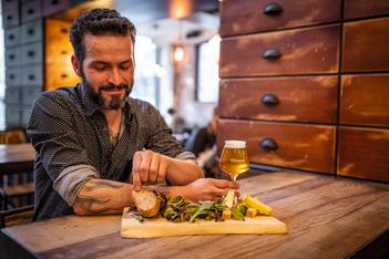"""Wie lässt sich eine Stadt besser entdecken als mit den Tipps von Einheimischen? Entdecken Sie die  gastronomische Erkundungsreise """"Taste My Fribourg""""."""