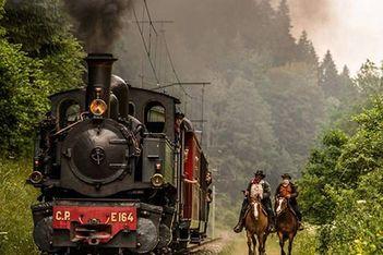 Steigen Sie in einen authentischen Dampfzug und fahren Sie mit Ihrer Familie durch die grossartigen Landschaften der Freiberge!