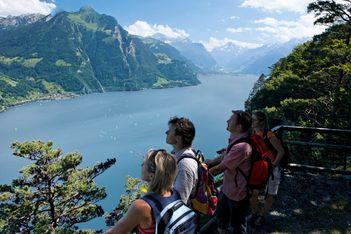 Eine der schönsten Wanderrouten der Schweiz startet in Brunnen. Auf dem 35km langem Heimat-Wanderweg hat jeder Schweizer Bürger 5 mm Weg-Anteil.