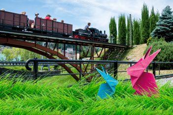 Im österlich dekoriertem Swiss Vapeur Parc, machen sich Gross und Klein auf die Suche nach den Ostereiern! - Das bringt schliesslich jederzeit Spass!