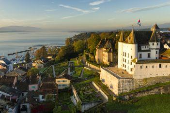 Das charmante Städtchen Nyon, mitten in den Weinbergen am Genfersee gelegen, ist im Sommer 2020 der Geheimtipp für alle Gourmets und Weinliebhaber.