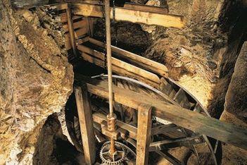 Tauchen Sie 23 Meter unter die Erde ab und entdecken Sie die unterirdischen Mühlen von Col-des-Roches, ein einmaliges Zeugnis des Industriezeitalters.
