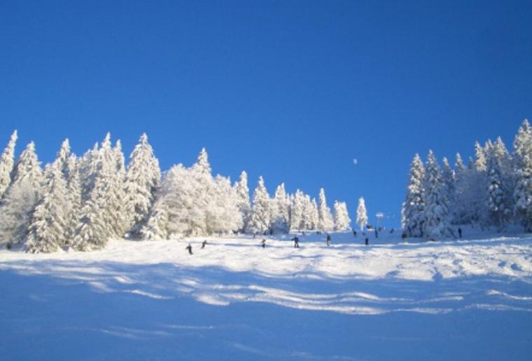Skigebiet_Jura_Winter_Schnee_Skipiste_skifahrer.png