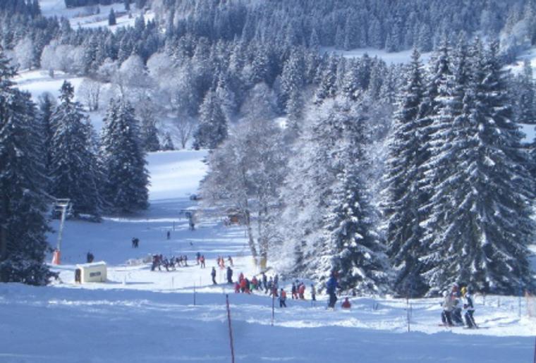 Skigebiet_Jura_Winter_Schnee_Skipiste_Leute.png
