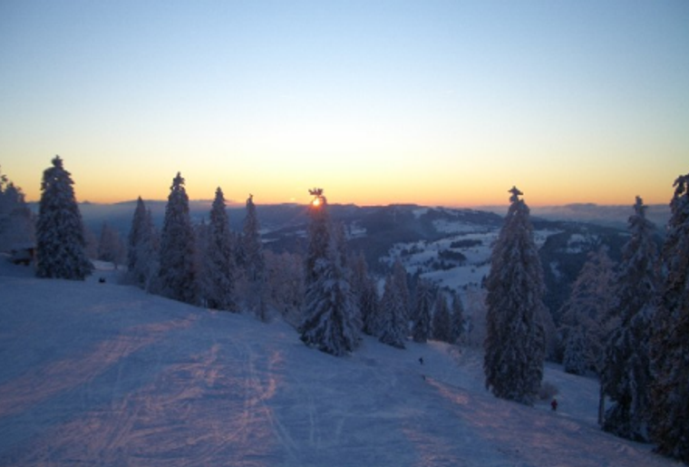 Skigebiet_Jura_Winter_Schnee_Skipiste_sonnenuntergang.png