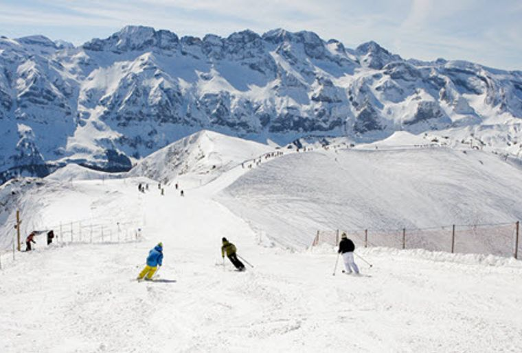 Les_Portes_Du_Soleil_Skifahrer_Pistenaussicht.jpg