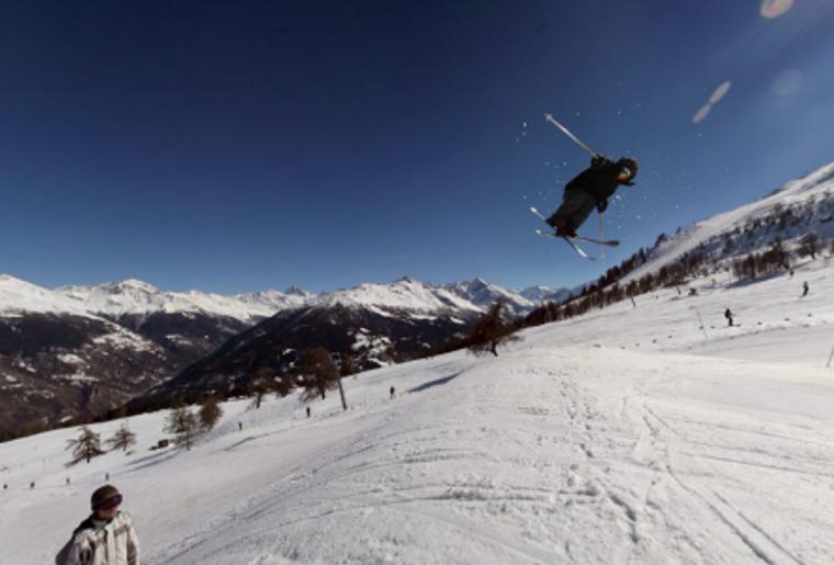 Skigebiet_Les4Vallees_SnowparkThyon_Winter_Skifahrer_Piste.png