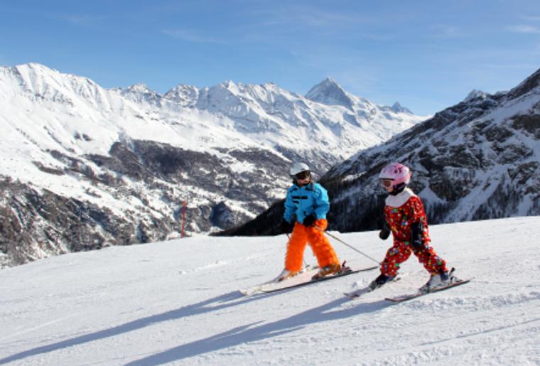 Winter_Bergpanorama_Skigebiete_EvolèneChemeuille_Skifahrer.png