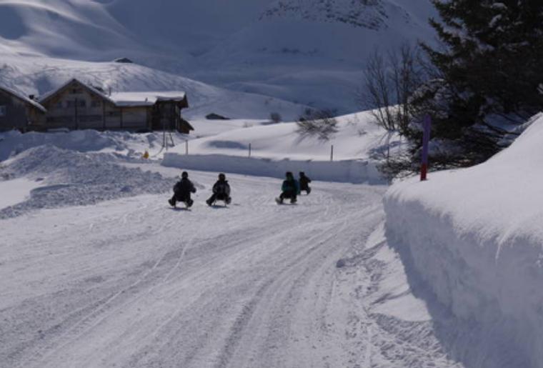 Praettigauer_Schlittelbahn_Familie_Winter.png