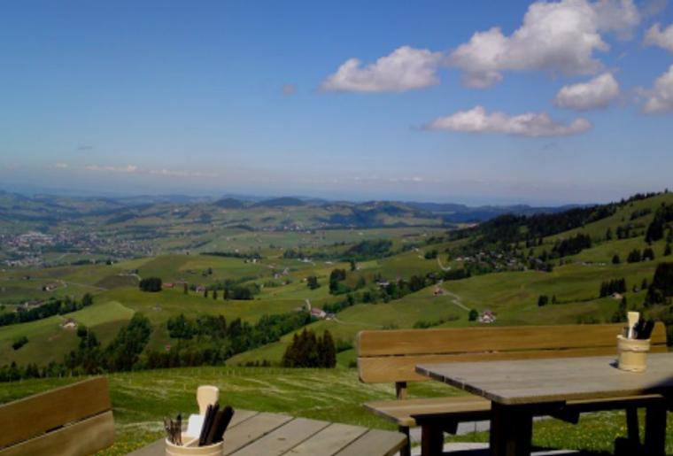 Bruelisau_Trottiplausch_Ruhesitz_Berggasthaus_Panoramaaussicht.png