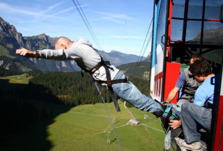 Engelberg_Bungee_Jumping_Mann_Fly_Gondel.png