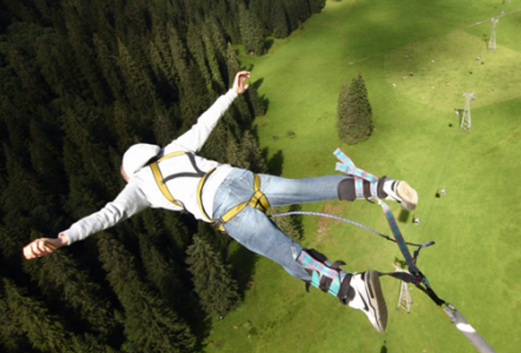Engelberg_Bungee_Jumping_Mann_Fly.png