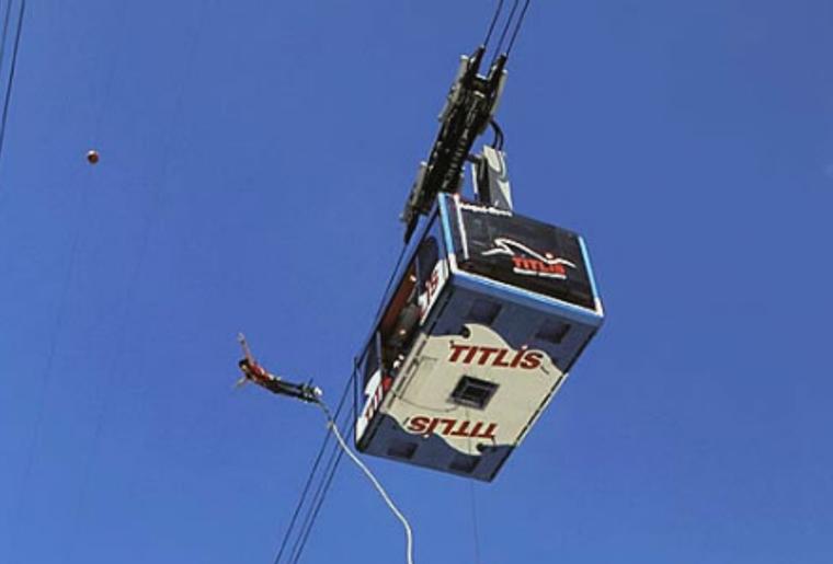 Engelberg_Bungee_Jumping_Mann_Fly_Gondel_Sky.png