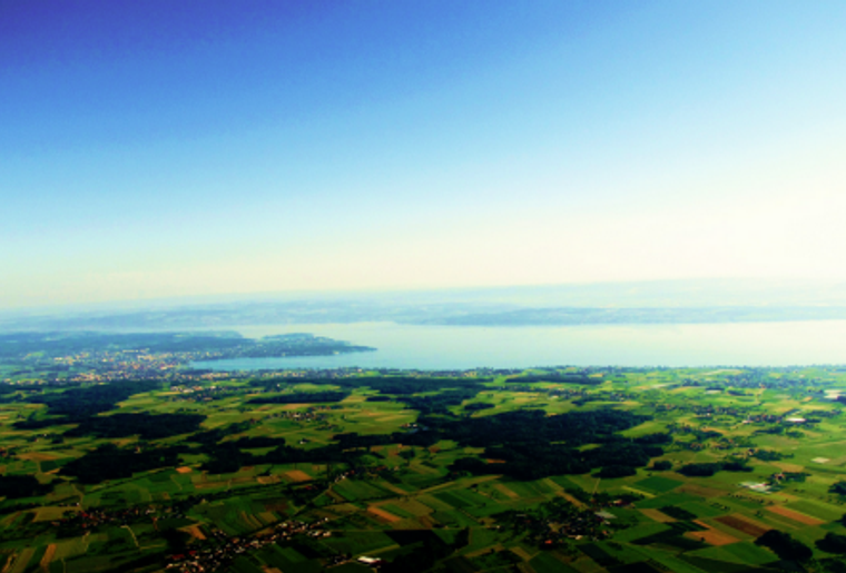 Rappi_Ballon_Mann_Wiese_Panorama_See.png