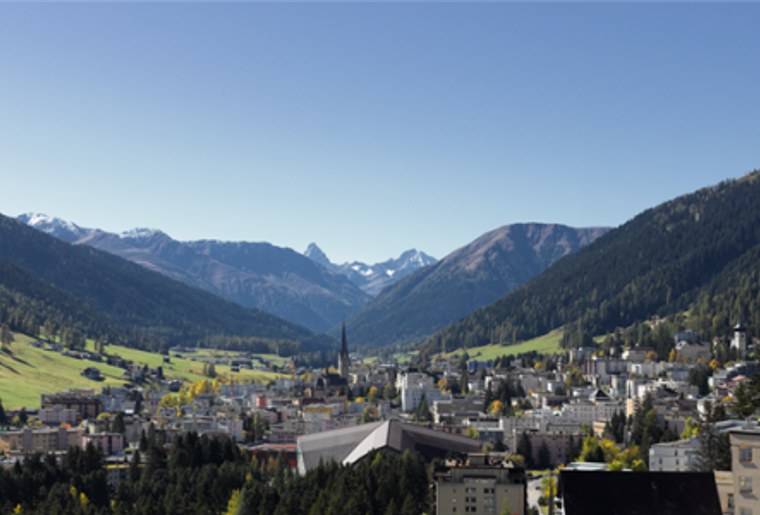 Davos_Klosters_Zugerberg_Stadt_Panorama.png