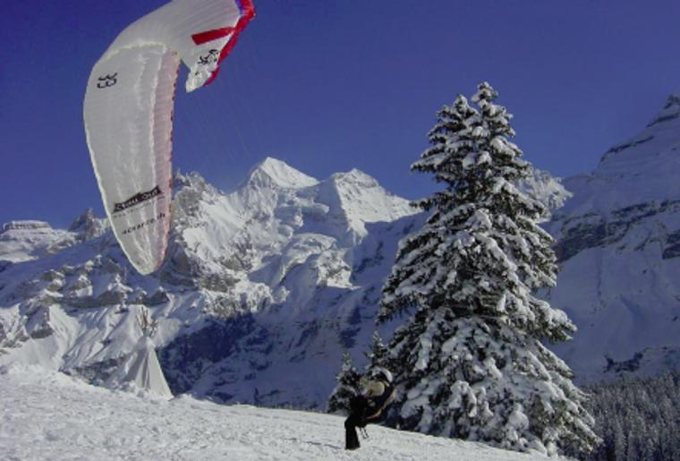 Kadersteg_oeschinensee_Winter_Schnee_Berge_Paragliding.png