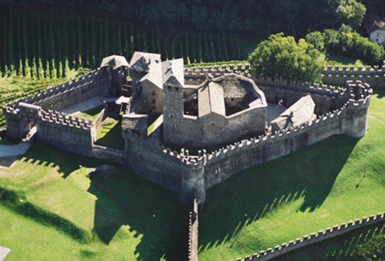 Bellinzona_drei Burgen_Castello Montebello_Helikoptersicht.png