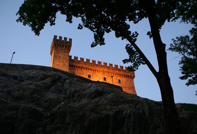 Bellinzona_drei Burgen_Castello Sasso Corbano_Adenddämmerung.png