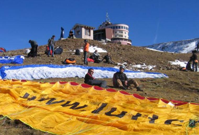 Paragliding_Davos_Sommer_Berge.png