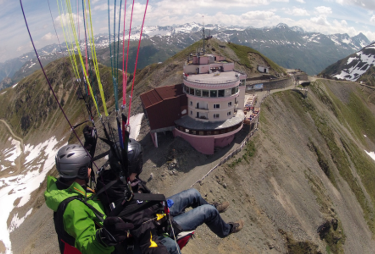 Paragliding_Davos_Sommer_Paar_Fly.png