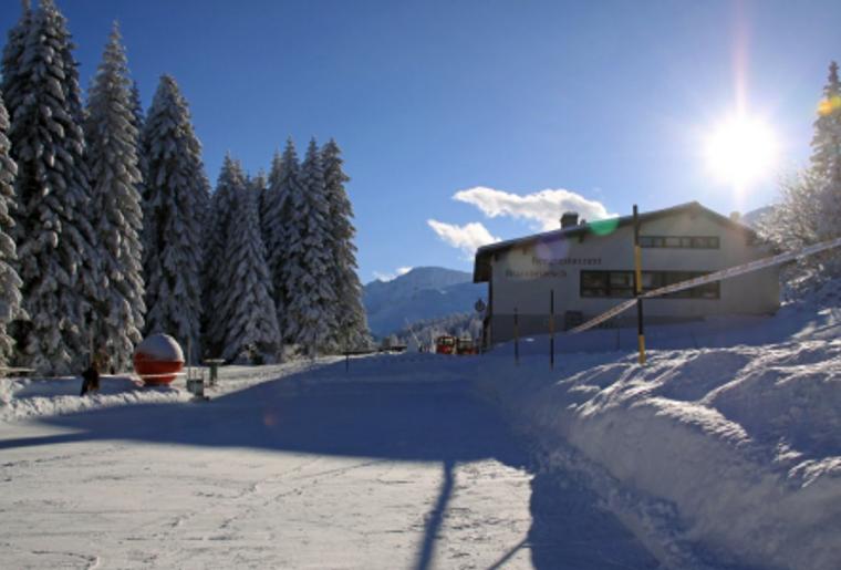 Skigebiet_Brambrueesch_Huette_Sonne.png