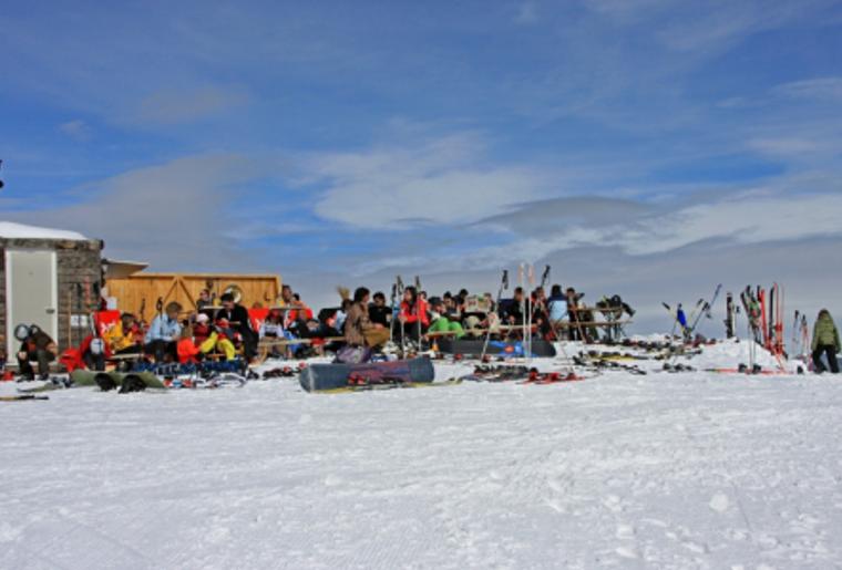Skigebiet_Brambrueesch_Huette_Wintersportler.png