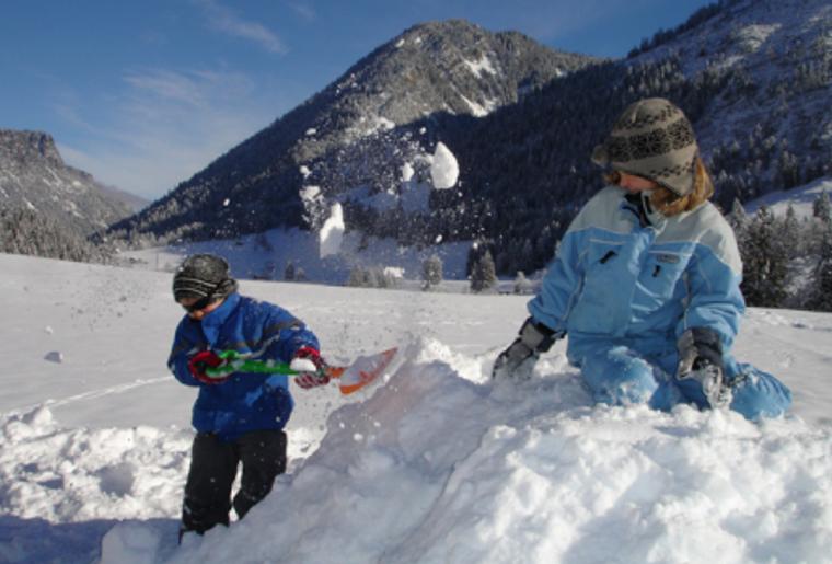 Landschaft_winter_schnee_wiriehorn_kinder_spielen.png