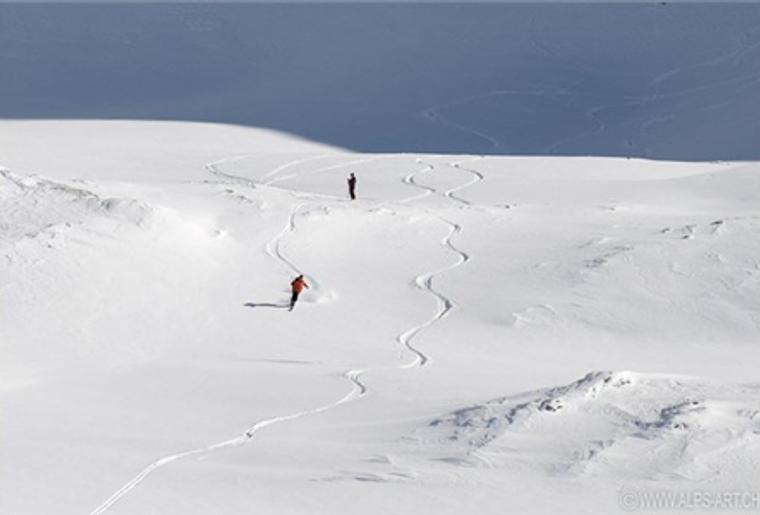 Bourg_St.Pierre_Skigebiet_St.Bernhard_Skifahrer.png