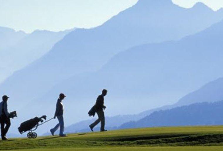 Crans-sur-Sierre_Golf Club_Golfspieler_Berglandschaft.JPG