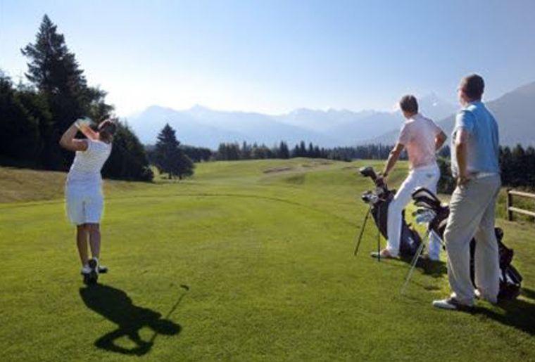 Crans-sur-Sierre_Golf Club_Golfspieler_am golfen.JPG