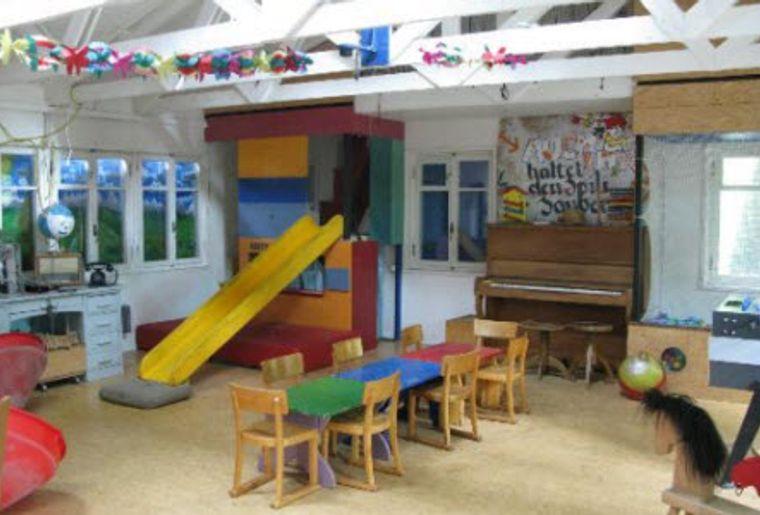 Spielplatz Längmuur Spielbaracke für schlechtes Wetter und Kindergeburtstage.jpg