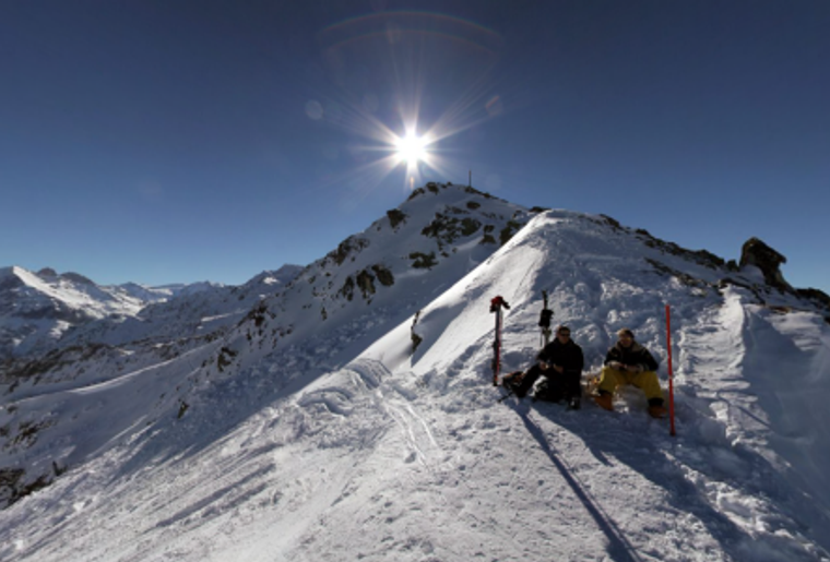 Skigebiet_Les4Vallees_ L'Etheygeon_Winter_Berge_Paar.png