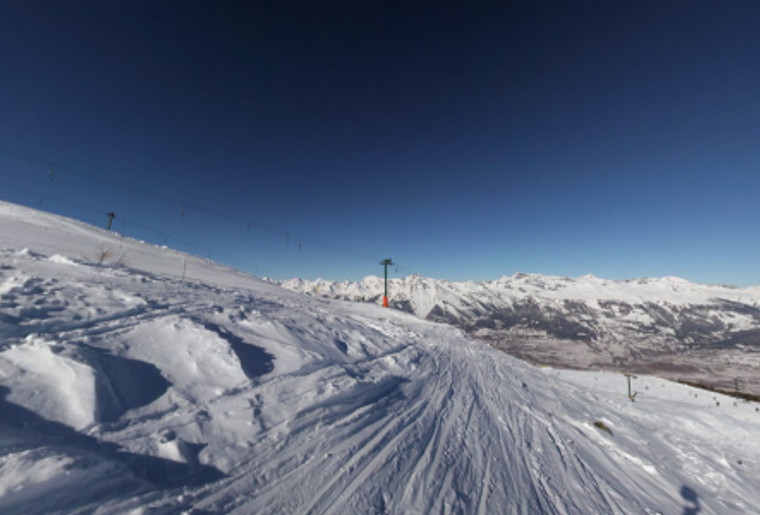 Skigebiet_Les4Vallees_ LaPetiteCombe_Winter_Huette_Piste.png