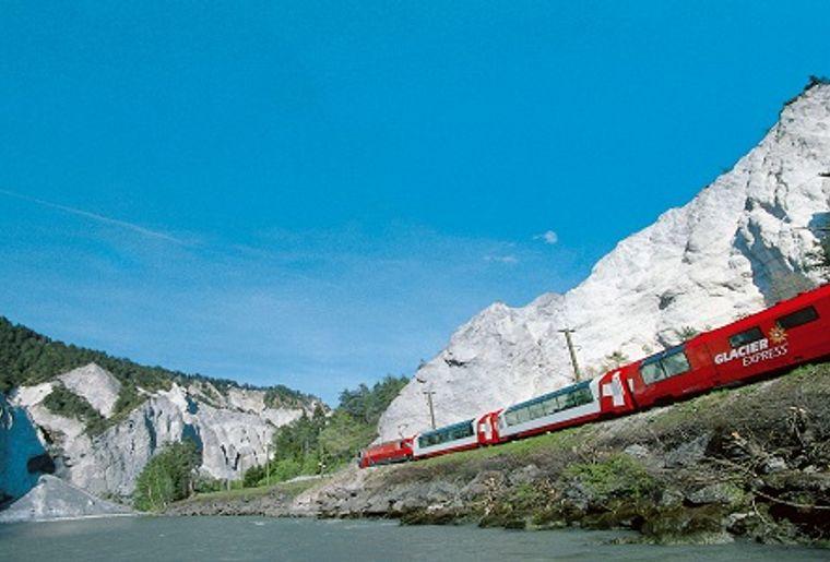 Glacier Express in der Rheinschluch (2).jpg