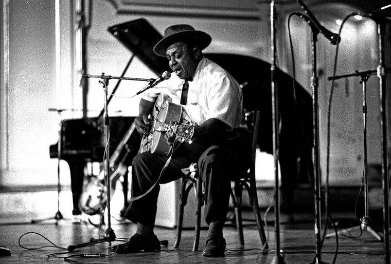 Big_Joe_Williams,_American_Folk_Blues_Festival,_Hamburg_1972_(Heinrich_Klaffs_Collection_49).jpg