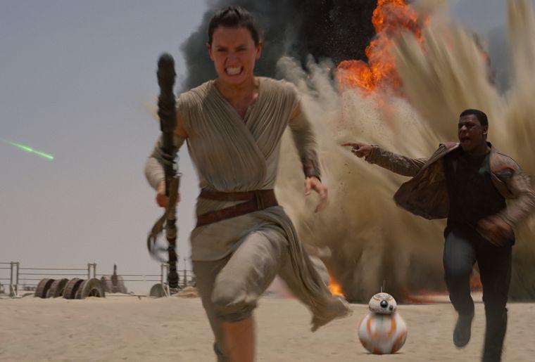 Star Wars The Force Awakens - Szenen - 18 Rey (Ridley), Finn (Boyega).jpg