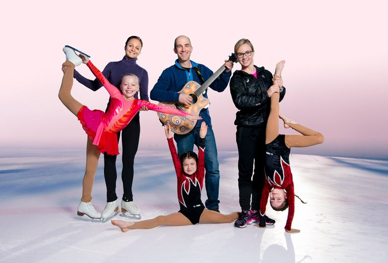 Sarah Meier, Andrew Bond, Ariella Kaeslin und Kids (C) Kids on Ice.jpg