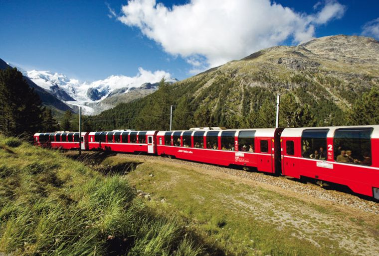 Bernina Express mit Mortaretsch im Hintergrund - Sommer in der Schweiz.jpg