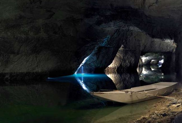 Unterirdischer See St. Léonard - Sommer in der Schweiz.jpg