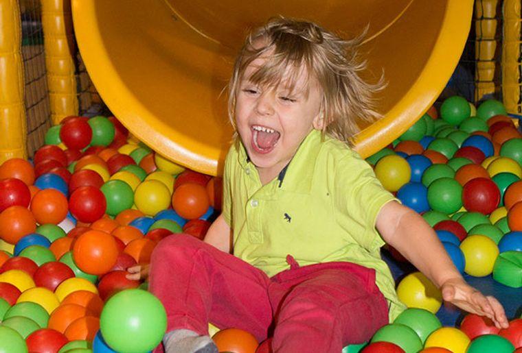 Starbie Spielhalle - Indoorspielplatz - Spielspass im Bällebad.jpg