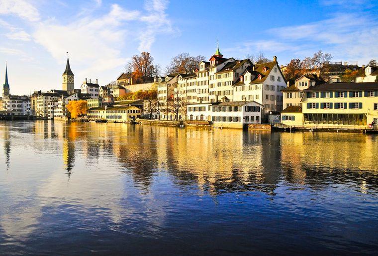 Lindenhof mit Limmat - Herbst in der Schweiz.jpg