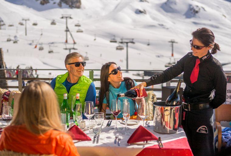 kulinarische-hochgenusse-begeistern-sonnenhungrige-fruhlingsskifahrer-im-alpenahaus-auf-2.300m-hohe-c-tvb-paznaun---ischgl.jpg