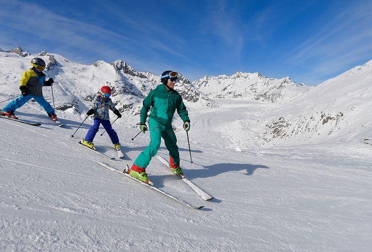 Skifahren-Familie-Aletschgletscher-Aletsch-Arena-Christian-Perret-s.jpg