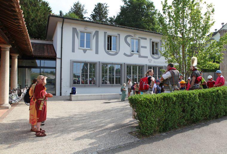 Augusta_Raurica_Vor_dem_Museum_Foto_Susanne_Schenker.jpg