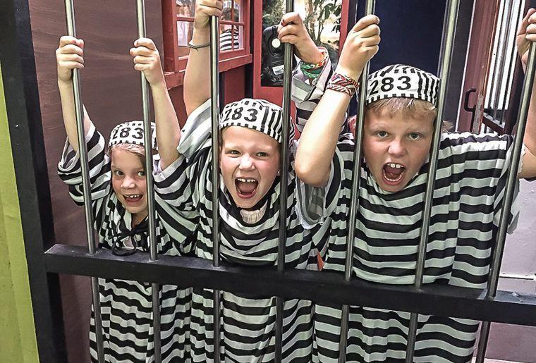 Kinder_Gitterstäbe_Bâlecatraz.jpg
