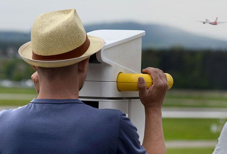ZuschauerterrasseB_Airportscopes_flughafen_zuerich_ch_red.jpg