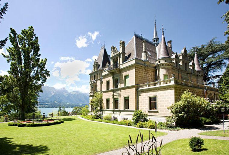Schloss Hünegg aussen.jpg